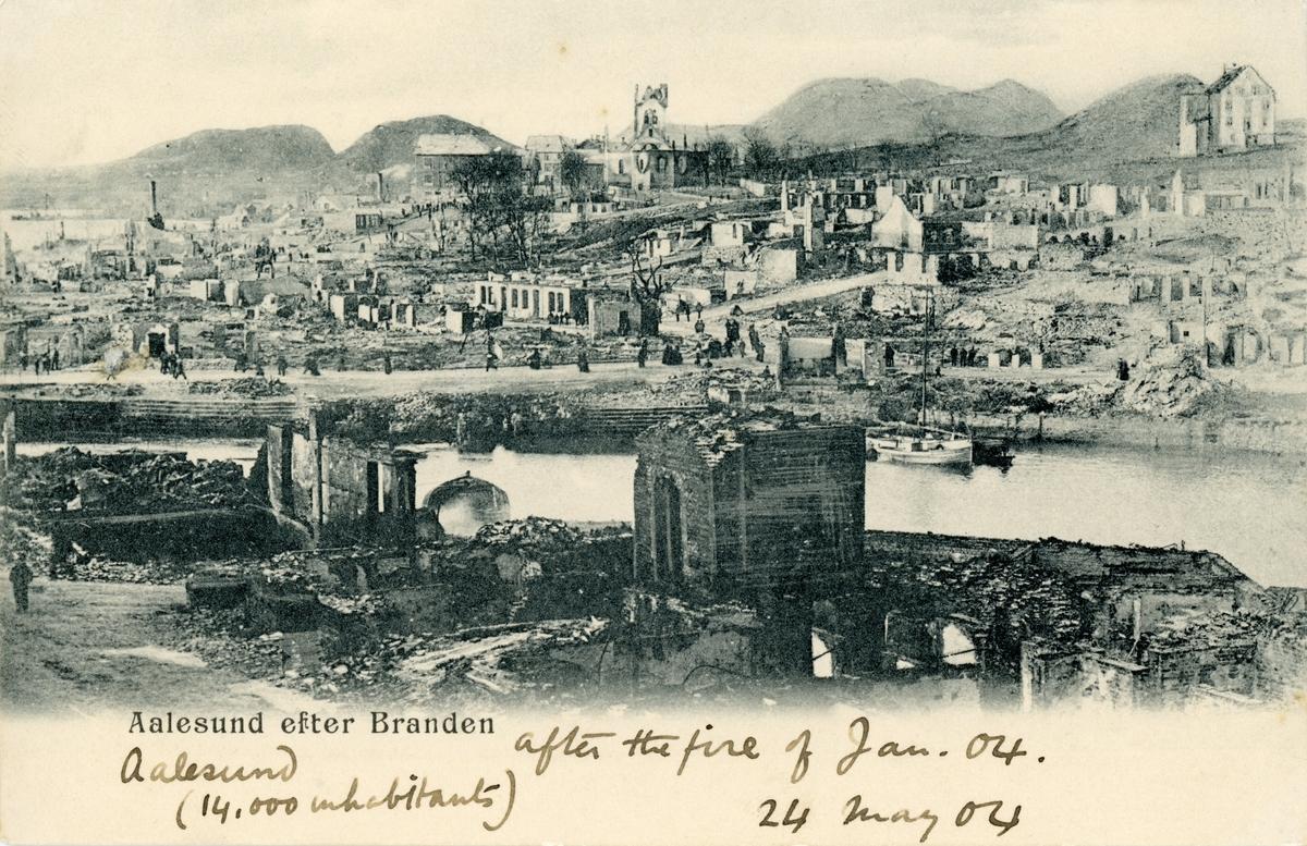 Oversiktsbilde av Brosundet og Aspøya med kirka i bakgrunnen. Ålesund står fortsatt i ruiner etter bybrannen.