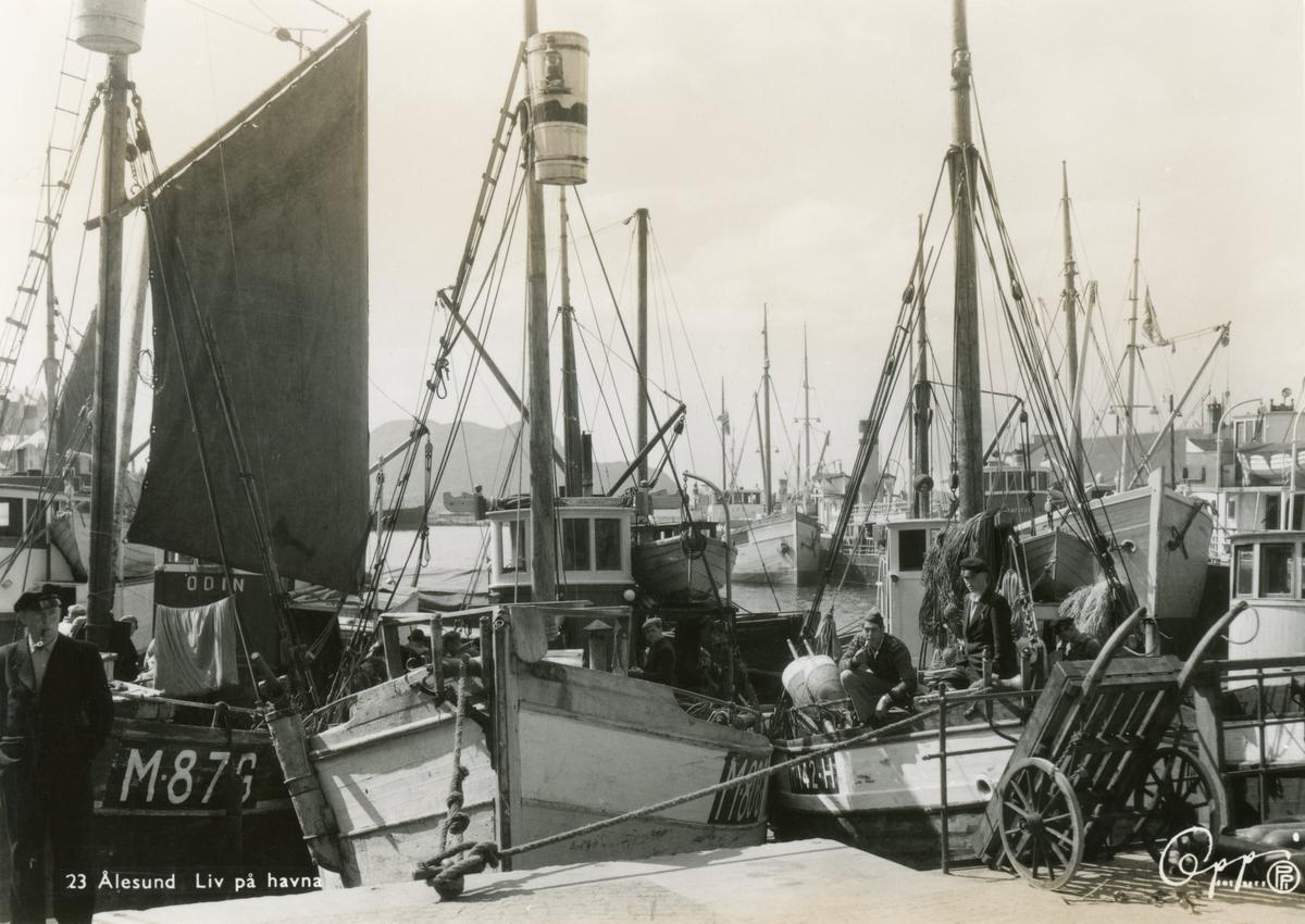 """Motiv av ei rekke fiskebåter ved kai i Ålesund havn. Tre av båtene viser navnene """"Odin""""(M.87.G), M.80.C og M.142.H."""