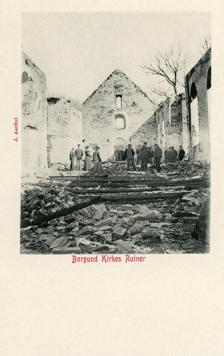 Motiv fra innsiden av Borgund Kirke etter brannen 13. april 1904. Flere mennesker står i brannruinene.