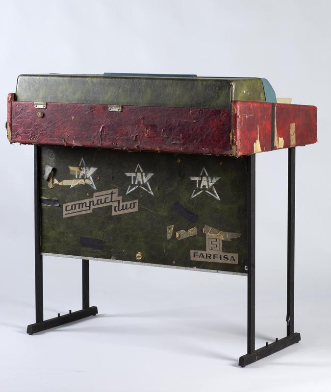 Farfisaen er av merket Compact Duo. Orgelet bærer preg av hardt turneliv og har på grunn av materialtretthet (?) nok dessverre spilt sine siste toner. Før det ble tilbudt Rockheim, hadde instrumentet i mange år stått på et loft i Bergen.  Foto: Uta Freia Beer/Rockheim