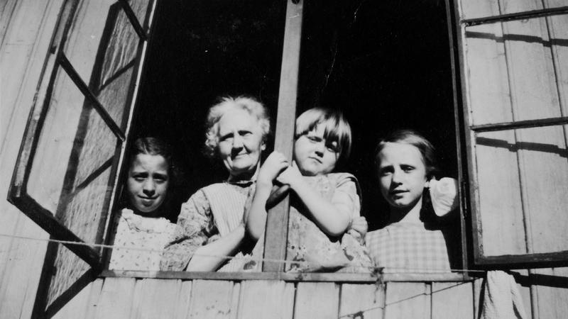 Augusta sammen med barnebarna Else og Erna (og en ukjent jente).