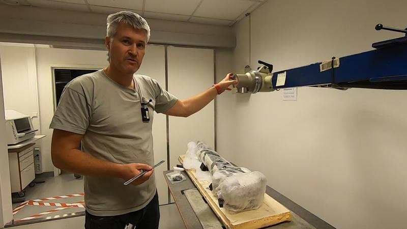 På besøk i røntgenavdelingen på Kulturhistorisk museum. Konservator Brynjar Sandvoll forklarer hvordan røntgenmaskinen fungerer.