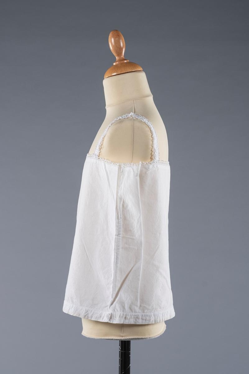 Liv med knipling på selene og i overkant. I løpegangen nederst er det strikk, som ikke lenger er elastisk.