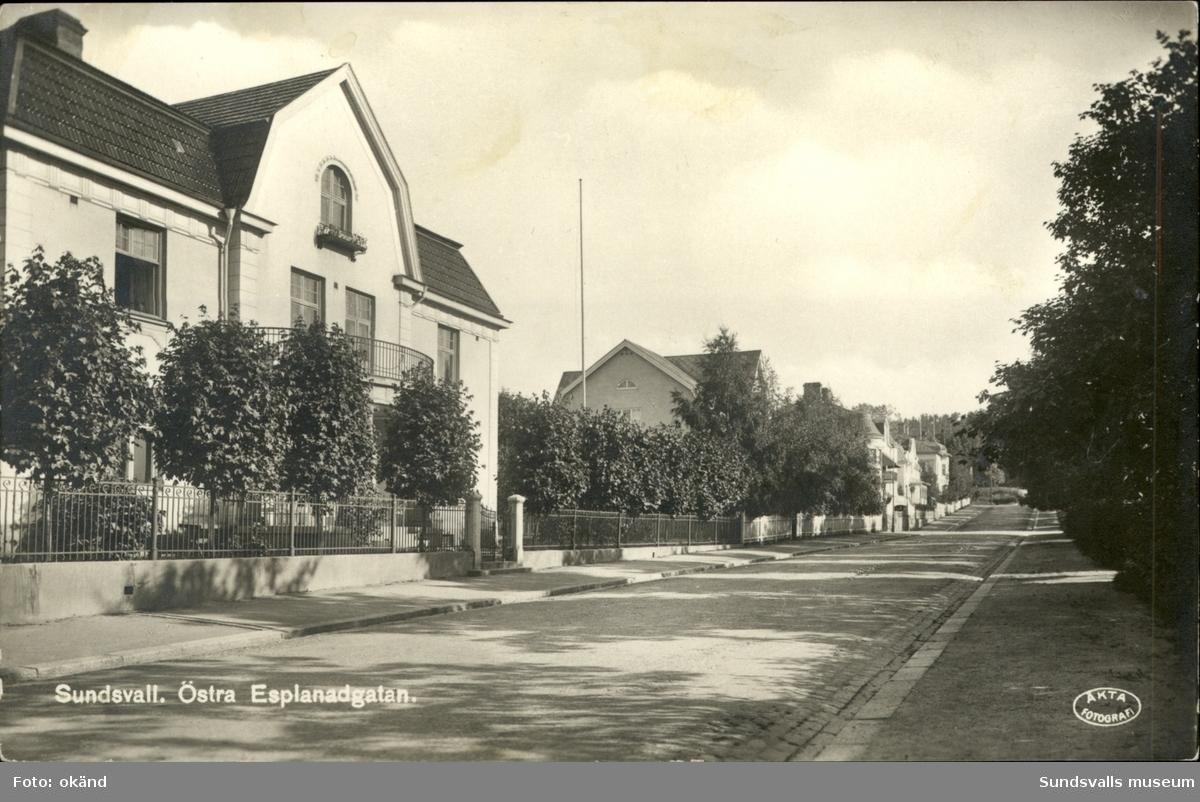Vykort med motiv över Östra Esplanaden i Sundsvall.