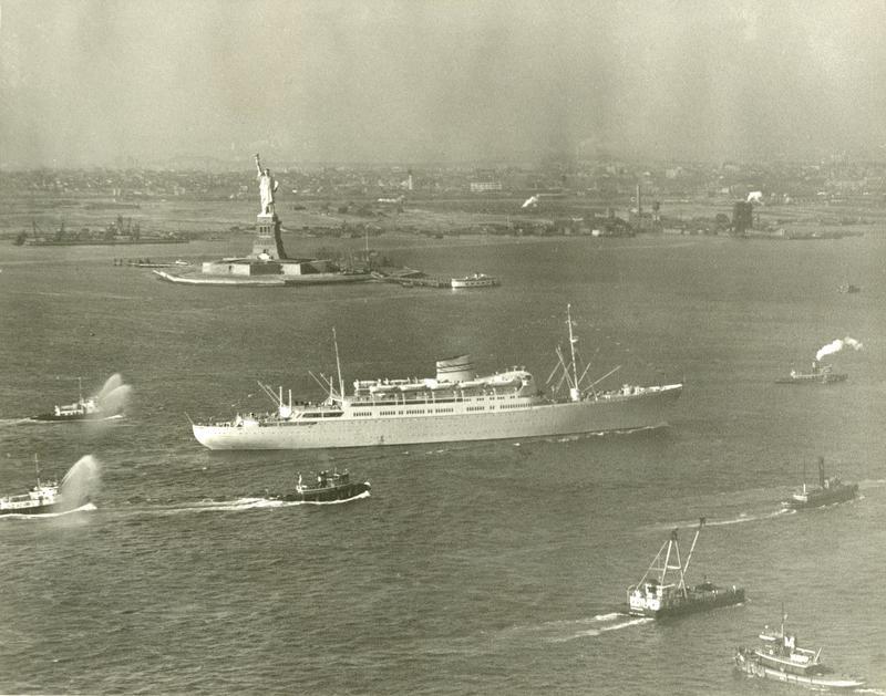 Fotografiet viser M/S Oslofjord fra Den norske Amerikalinje ved ankomst i New York på jomfruturen 1949. (Foto: Esso / fra Norsk Maritimt museums fotosamling) (Foto/Photo)