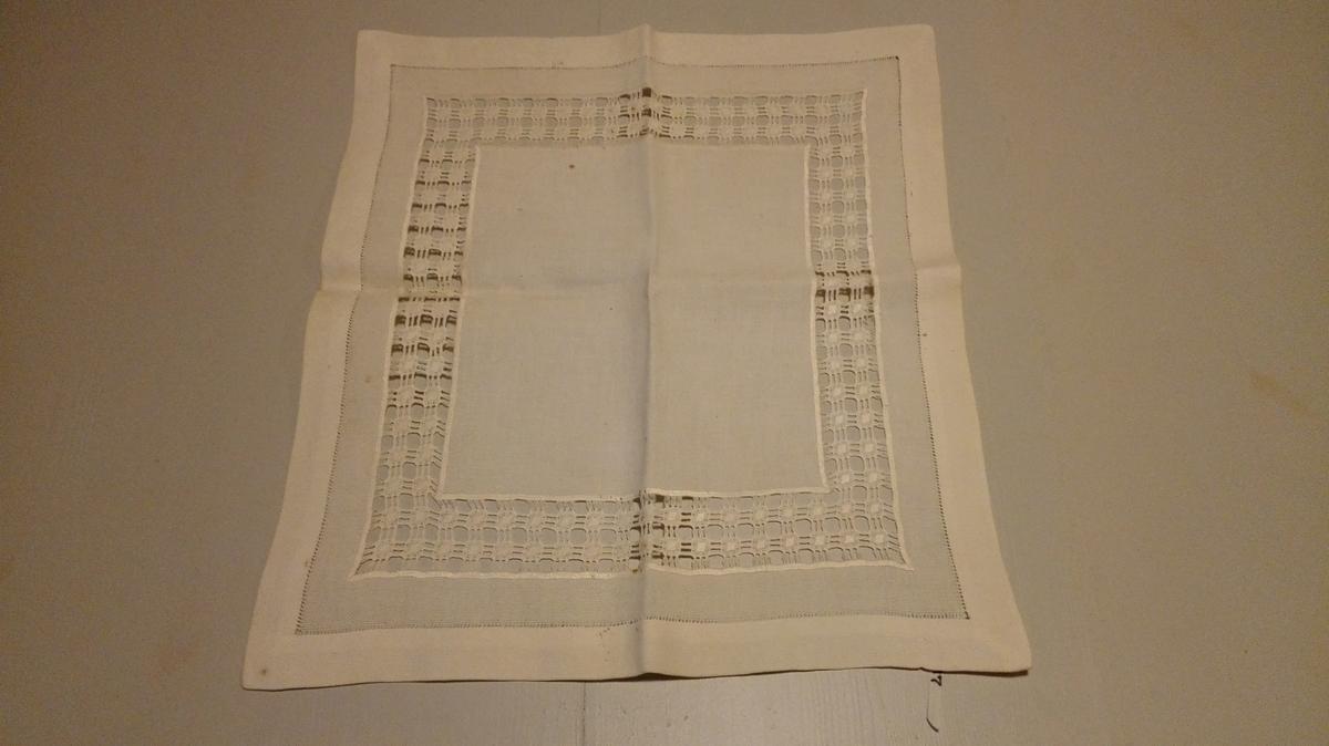 Form: Rektangulær med ca 5 cm brei utsauma kring kantane.