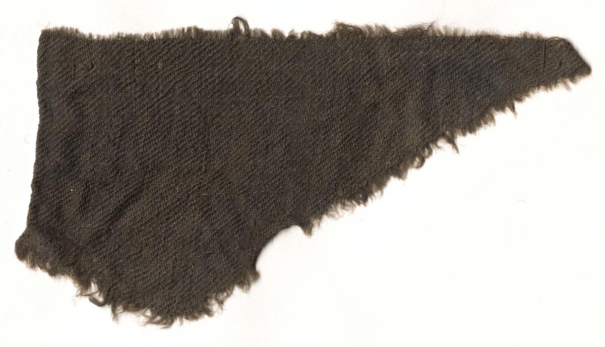 Fragment av klädesplagg.Trådtäthet: 14 trådar i varp och 16 trådar inslag = 1 cm.