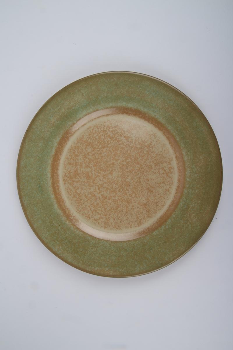 Flat tallerken med grønn dekor.