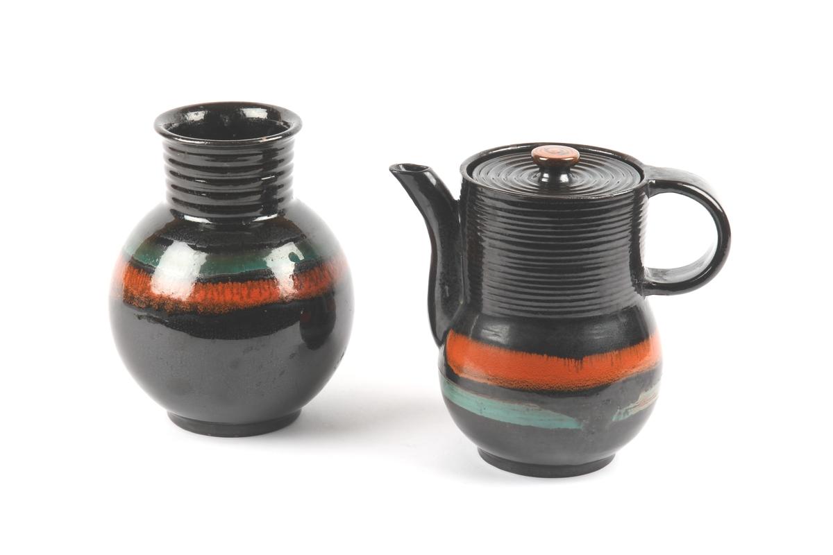 Dekktøy fra GANNS KERAMIKK bestående av vase og kanne.