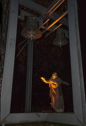 Spå.Sara står under kirkeklokkene i et skummelt lys og forteller om onde varlser. (Foto/Photo)