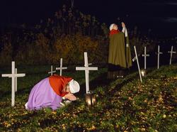 Sørgende kvinner blant hvite kors på kaupangens kirkegård. (Foto/Photo)