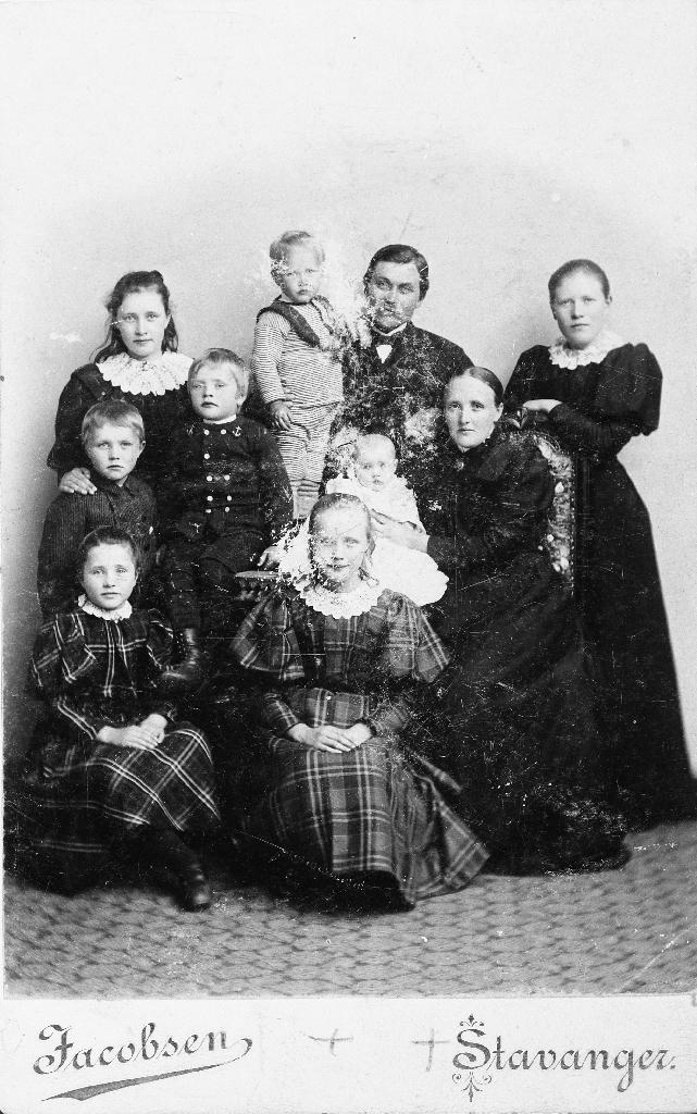 Familien til O.G. Kverneland og kona Anna Malena og 8 born.