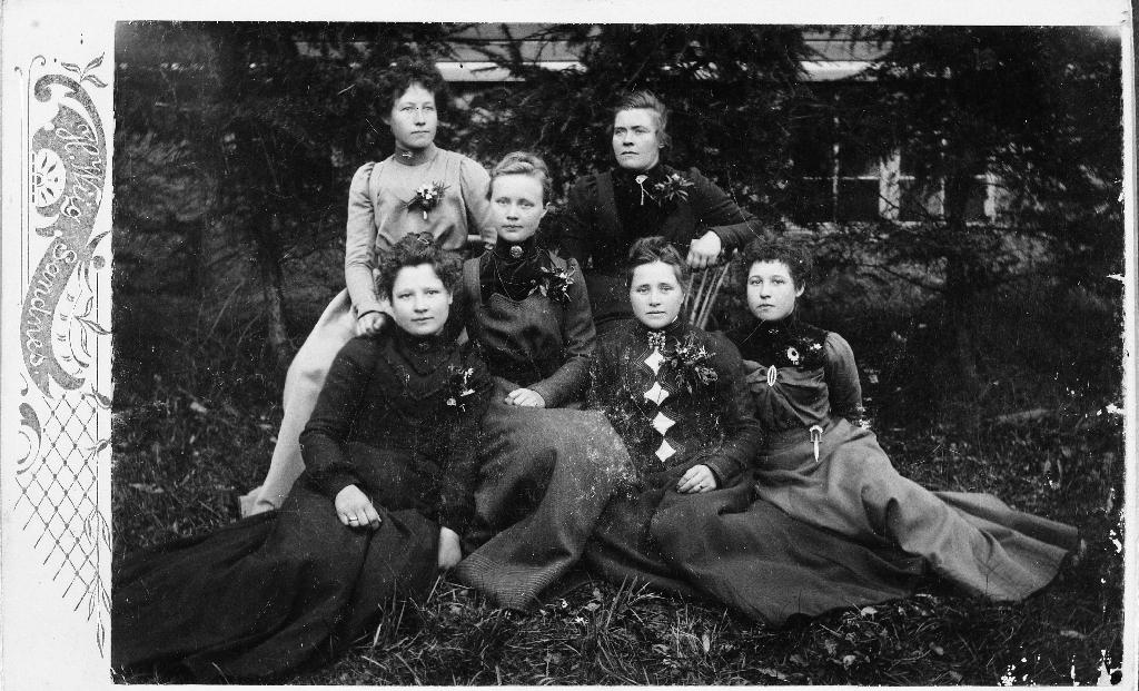 Framme f. v. Elen Eide, Inga Kverneland, Dina Eide. Bak f. v. Maria Eide, Dorthea Kverneland, Karen lye.