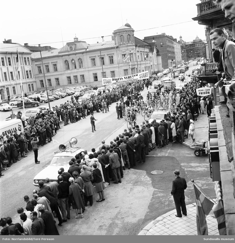Sexdagarsloppet på cykel 1963. Massor av åskådare vid starten på Köpmangatan i Sundsvall.