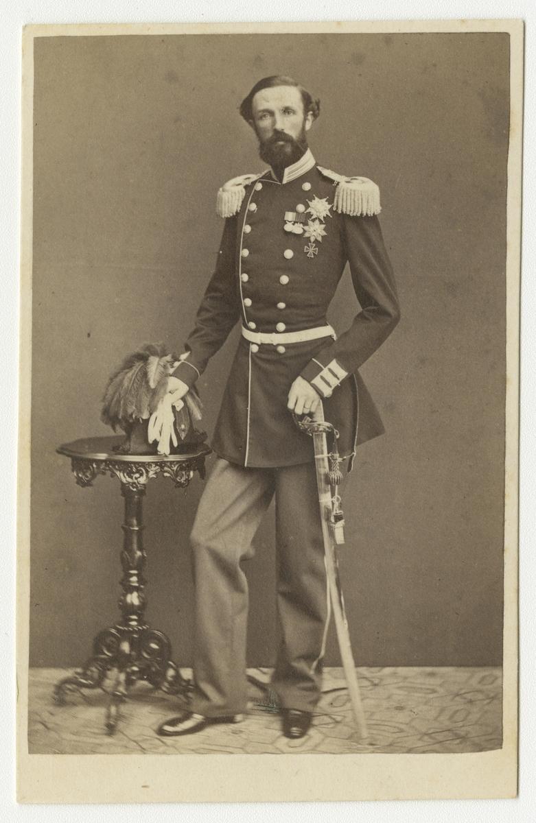 Porträtt av Oscar II i Första eller Andra livgrenadjärregementets uniform.