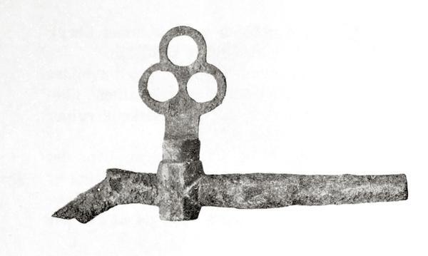 """Tverrgående metall""""pinne"""" med liten knekk ned på venstre side. Nokså langt ute til venstre på """"pinnen"""" (som er hul) sitter en slags ventil med et trekløverformet håndtak.. Foto/Photo"""