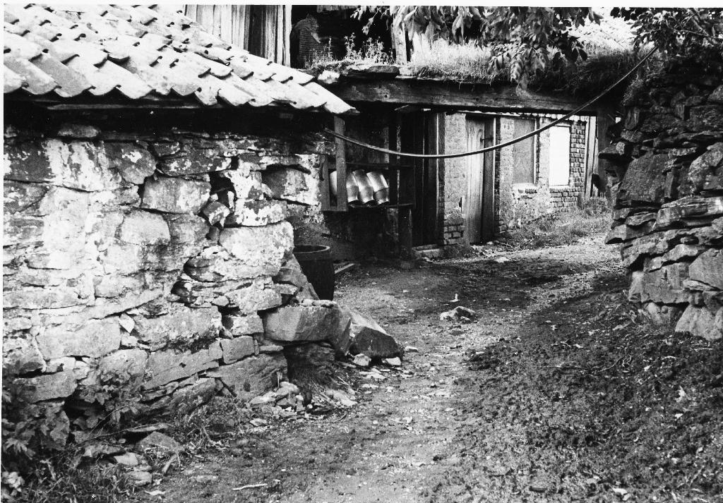 Uthusbygningane ved inngangen til kopargruva på garden til Sven T. Garborg.