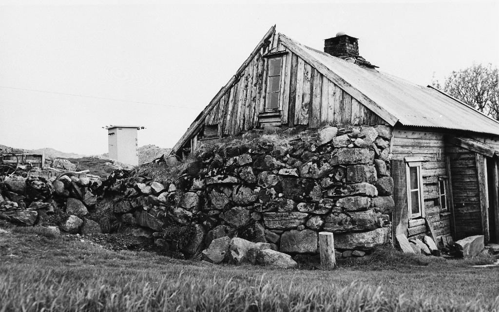 Huset til Sem P. Bergene (22.11.1877 - 16.5.1962). Dette er truleg den siste humannsplassen i Time. Huset vart selt på auksjon for ei krone. Når det ikkje vart dyrare, kom det av at huset måtte vekk og derfor var det ingen andre enn Ola i Bergene som kunne kjøpa det. Arne Garborg har skrive om han. Sjå protokollen for Time bygdemuseum side 305. Desse opplysningane står skrivne bak på biletet og er frå Ola Barkved. Sjå også: 1987.1TIM.8.010 og 1989.1TIM.21.002 og 1990.1TIM.1.054 og 1990.1TIM.1.055