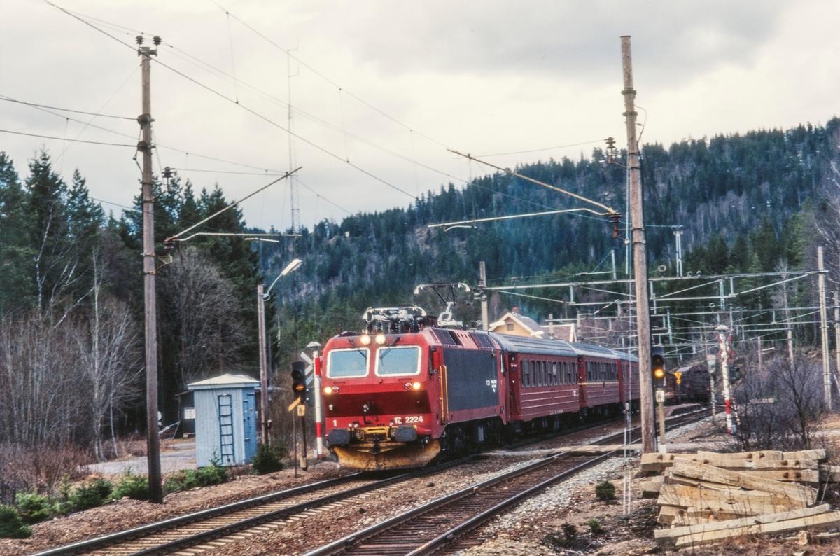 Elektrisk lokomotiv El 17 2224 med persontog fra Gjøvik på Sandermosen stasjon