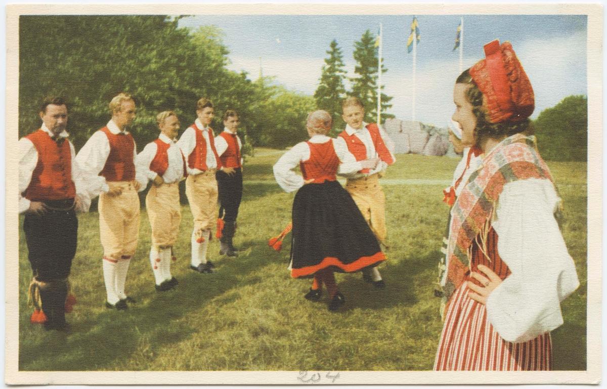 """Vykort med motiv från Skansen. """"Skansens folkdanslag. Väva vadmal."""""""
