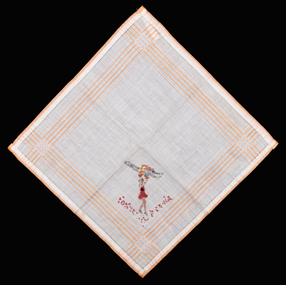 Vit näsduk med ränder i svagt orange. I hörnet finns ett handmålatmotiv på cirkusnummer med text under: Fortuna Bazola.