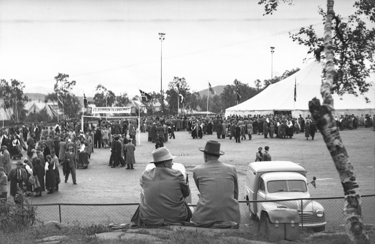 Publikum og stort telt på et arrangement på Harstad Stadion.