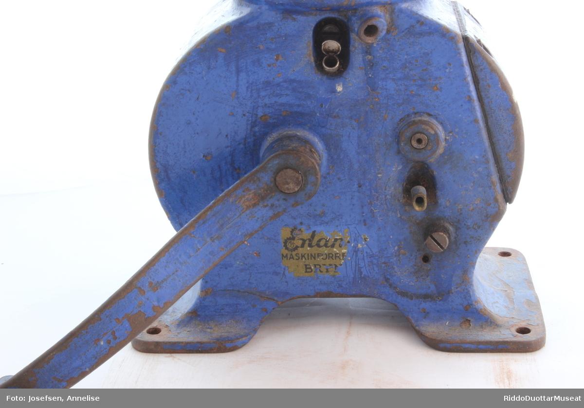 En melkeseparator er en innretning som separerer fløten fra melken. Maskinen er utført i solid støpejern med hull for skruer som festes benk. Nysilt melk ble helt i en stor aluminiumsbeholder på toppen. Under denne var et hus med mange metallameller formet som skåler inn i hverandre. Eller tynne kjegleskall  oppå hverandre med små mellomrom . Ved å sveive ble lamellene/kjeglene og melka som rant ned i mellom dem, satt i rotasjon med stor hastighet. Rotasjonen gir fra seg en karakteristiske during.  Under denne rotasjonen vil den tyngste bestanddelen, skummet melk, trekke ut mot periferien, mens den lettere, fløten som har minst densitet, trekker inn mot aksen.  Ved forsiktig og jevn sveiving får man fløte og skummet melk ut av hvert sitt rør som er montert over de roterende kjeglene. Sveivefarten og tappefarten bestemte fløtekonsentrasjonen. På sveiva står det 65 per min, som kan stemme med omdreininger man skal holde pr. minutt