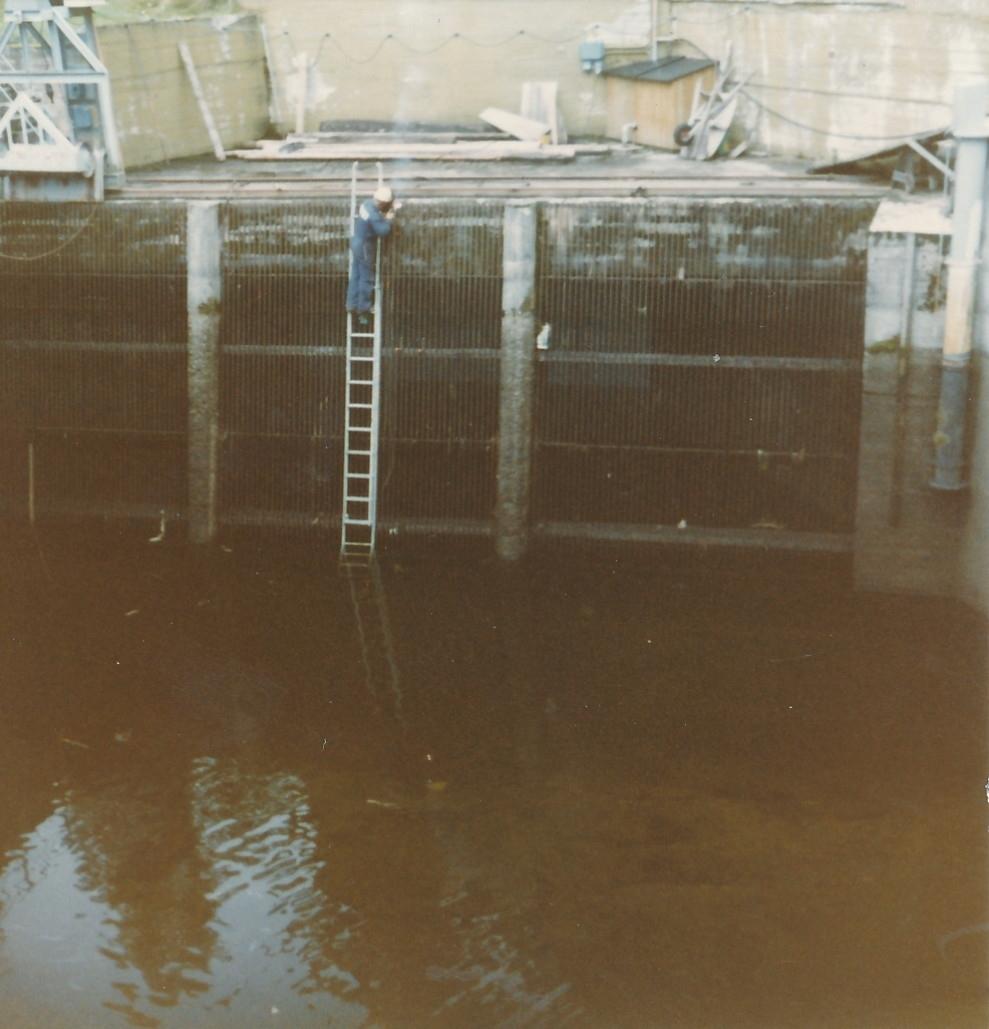 Reparasjon av varegrind til vanninntaket for kraftstasjonene på Kistefos