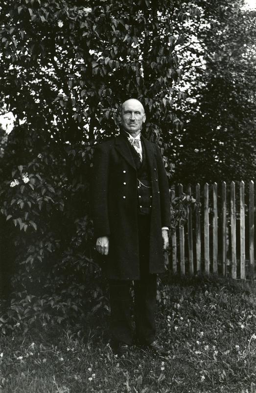 Olaus Islandsmoen i bunad, på Brandbu i 1936. Fotograf: Kristine Bryn Deinboll. BV 83-204C. (Foto/Photo)