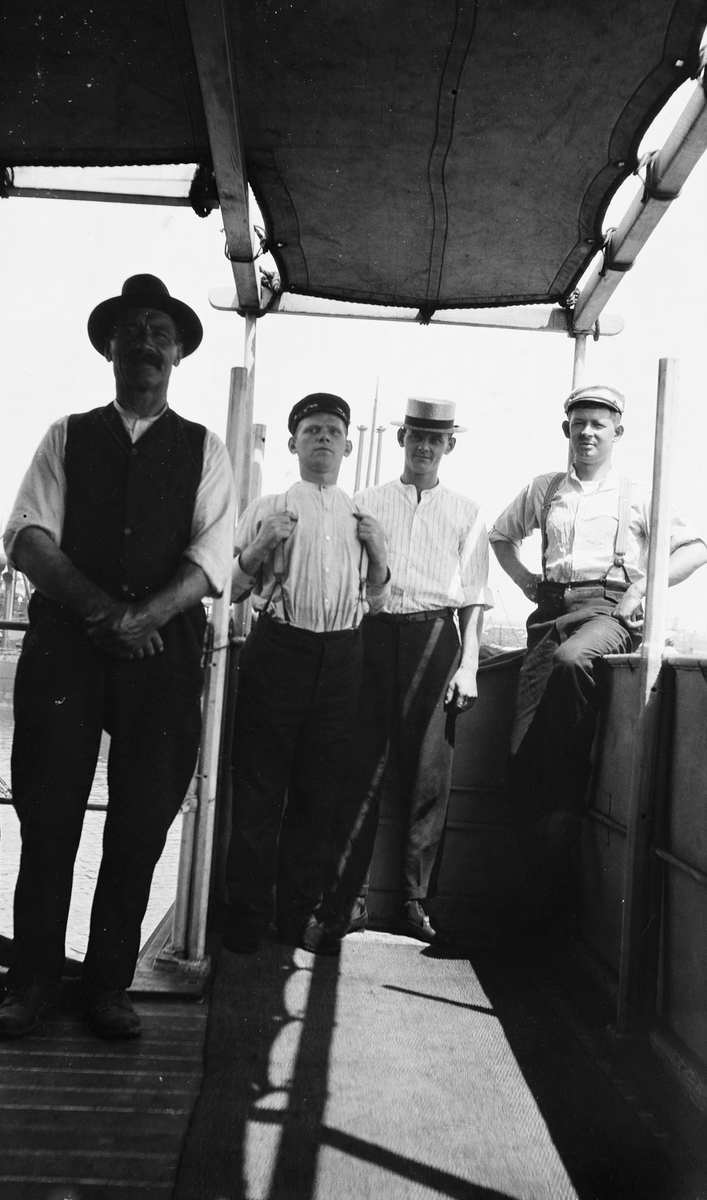 Mannskap ombord på D/S STORFOND, mannen til høyre i motivet er maskinist Racin Reinertsen.