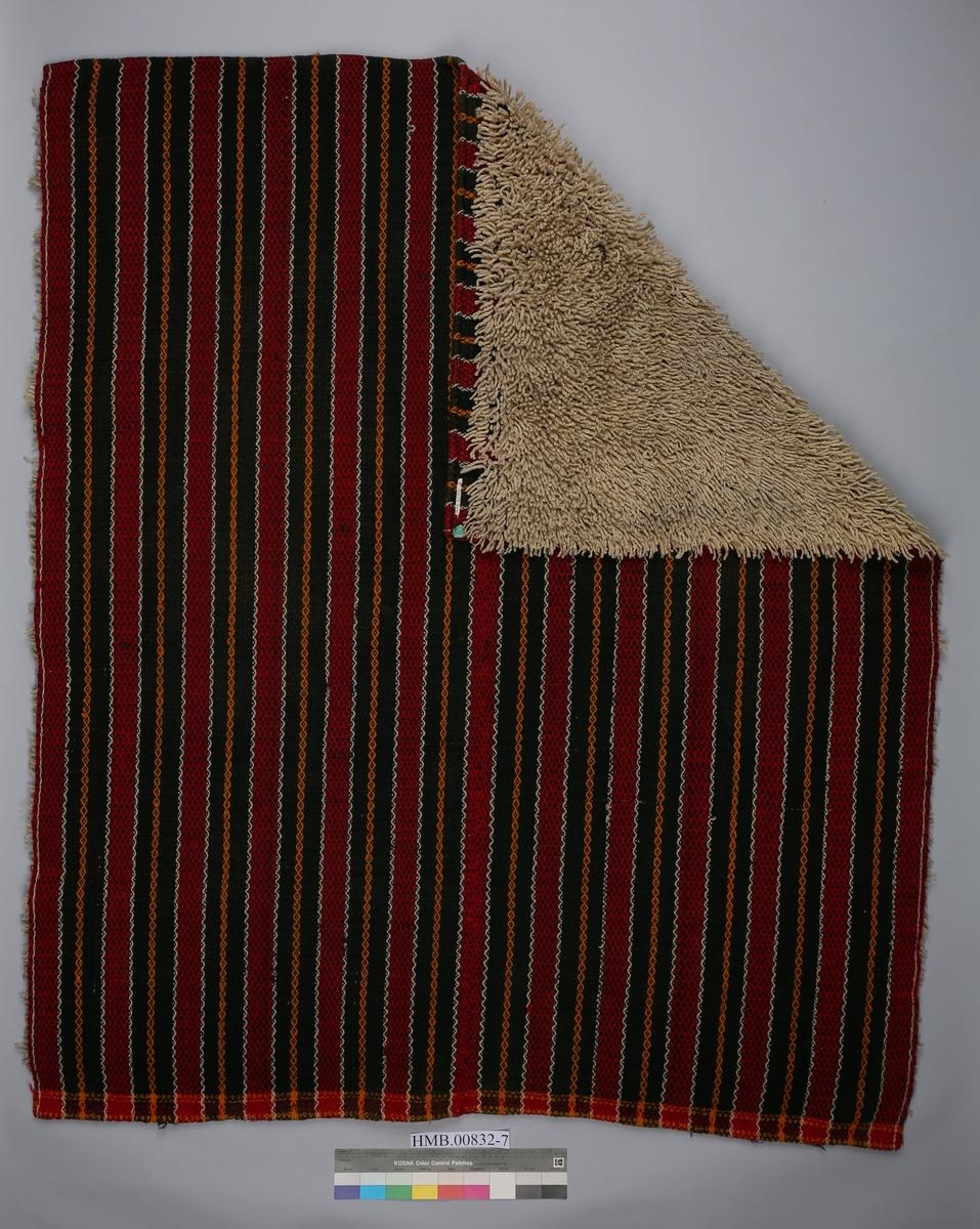 Sengetepper/åkle utstilt i seng på Hanseatisk museum fram til 2018. Teknikk: Vevd Rosebragd. Innplukket ullgarn. Innslag med ullgarn og innplukkede frynser av ullgarn. Ullrenning. Teppet er sydd sammen av to høyder. Rom: Vintersengen (rom 214)