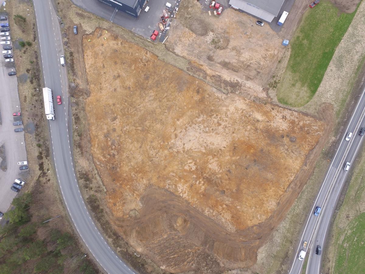 Drönarbild över undersökningsområde för arkeologisk undersökning av RAÄ Sandseryd 396 i Jönköpings kommun. Till vänster i bild syns en rad med 16 eldstäder daterade till folkvadringstid, omkring 400 - 550 e.Kr.