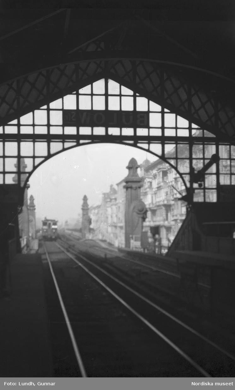 """Motiv: Utlandet, Berlin 114 - 146 ; Gatubild med fotgängare, anteckningar på kontaktkarta 136 """"Hochbahn"""" 137 """"Berlin ?""""."""