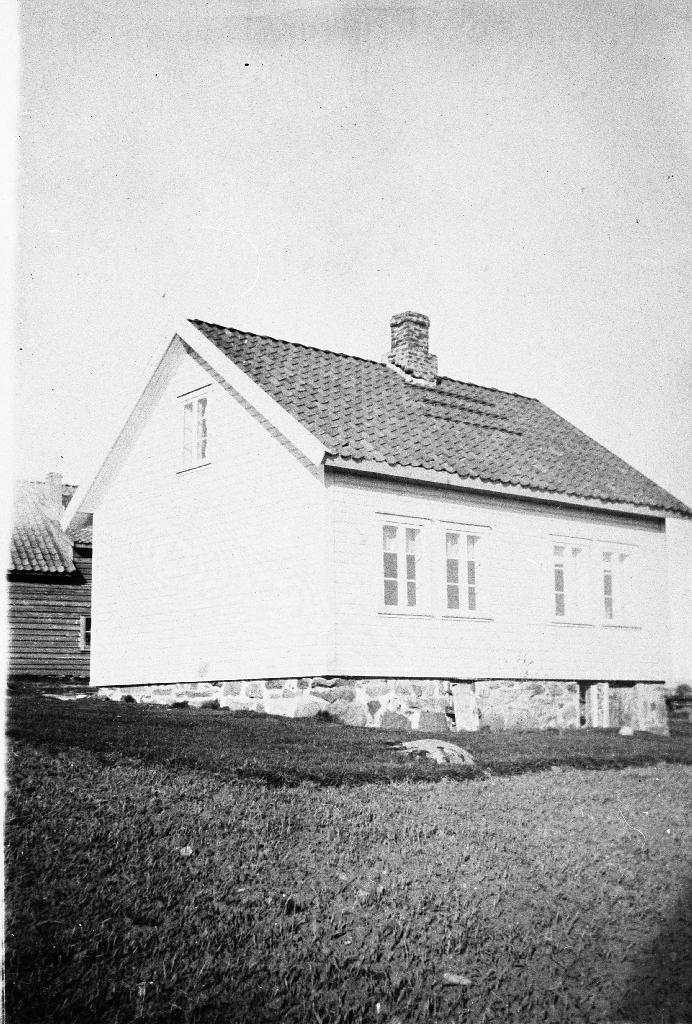 Heimahuset på garden til Trygve Jonassen. Huset er her bordkledt. Sjå bilde 1990.1TIM.32.002