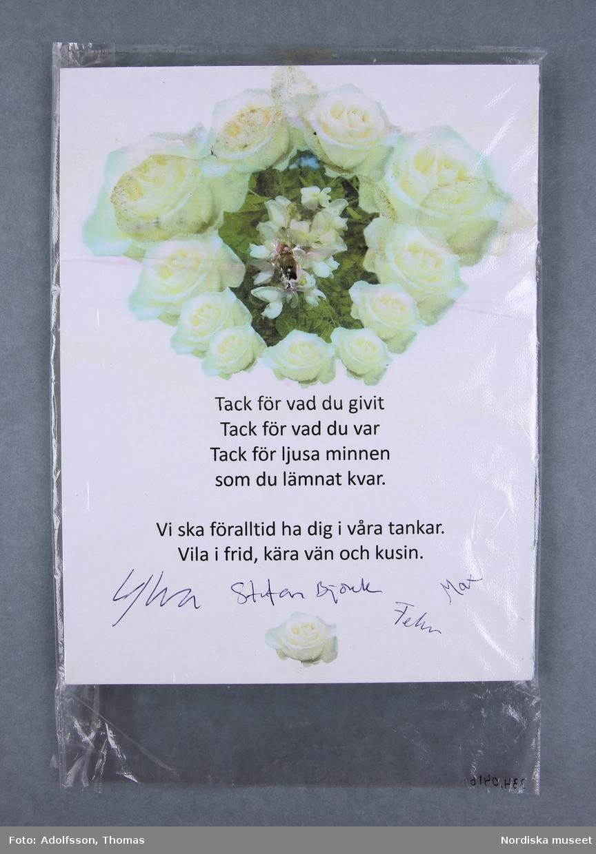 1 styck inplastad pappskiva med vers och rosenbild och namnteckningar.   Längd 21 m. Bredd 16 cm.  2019-03-01 Cecilia Hammarlund-Larsson/Lena Kättström Höök