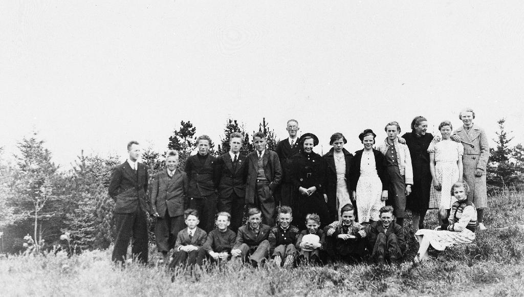 Elevar ved Bryne skule. Lærar Torstein Lye med klassen sin i 1937.