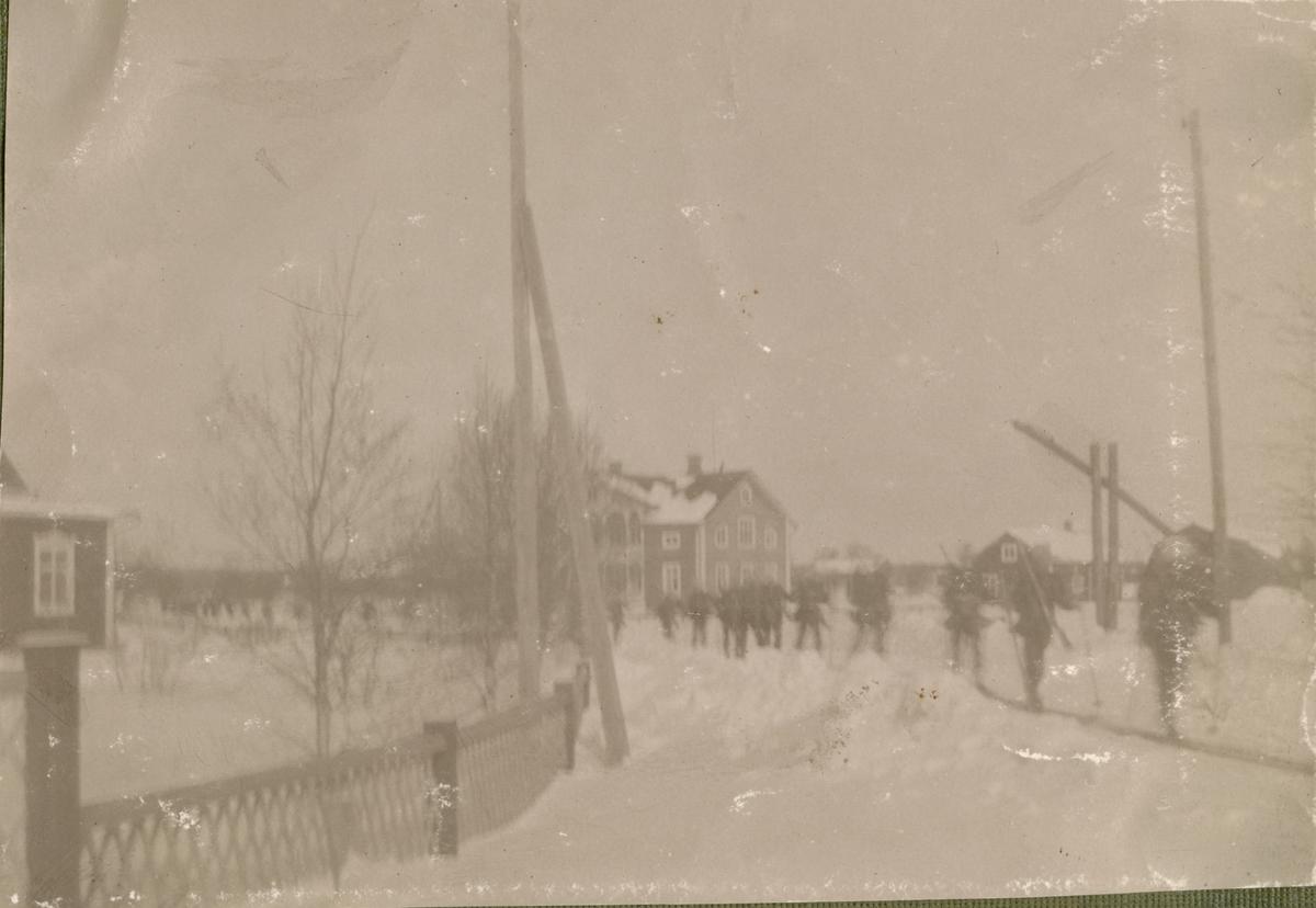 """Text i fotoalbum: """"Manöver i trakten af Piteå vintern 1906. På marsch."""""""