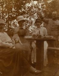 """Text i fotoalbum: """"Kaffe med avec utanför A 4 sommaren 1914"""""""