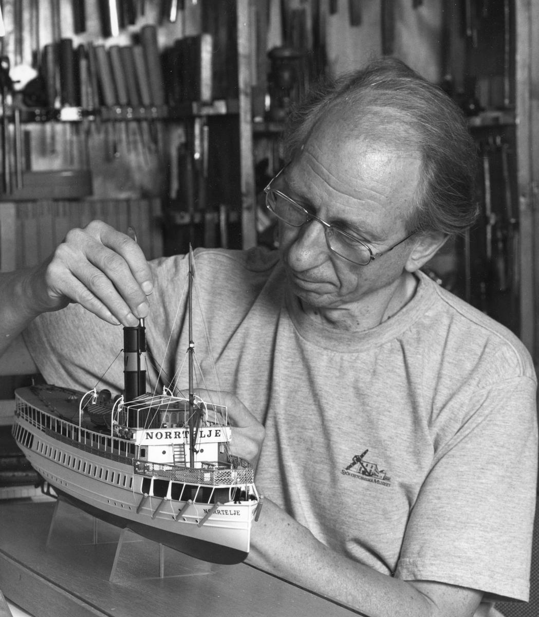 Modellbyggare Göran Forss arbetar med en modell av passagerarångfartyget NORRTELJE.