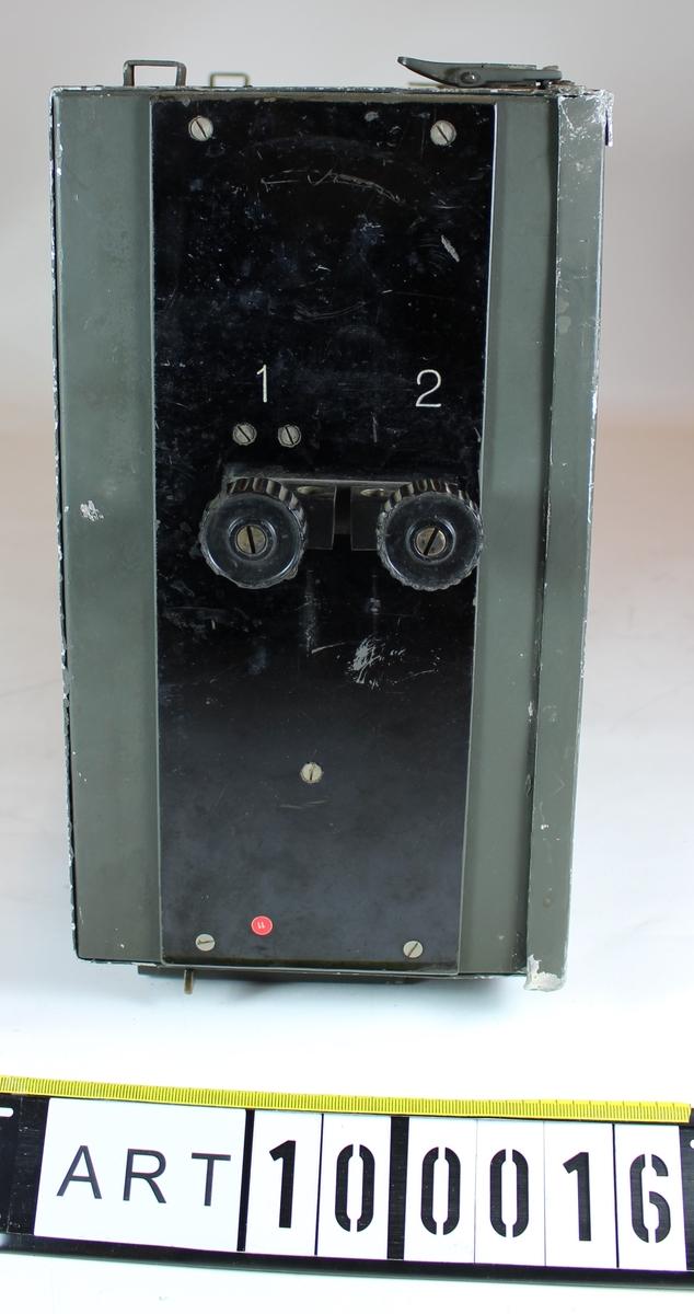 Radion är en kombinerad AM sändare och supergenerativ mottagare med frekvensomfång 54 - 63 MHz. Består av två bördor: Apparatlåda med innehåll och Batterilåda med innehåll. Batterilådan saknas till detta exemplar.
