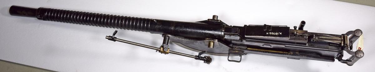 A: Kulspruta 13.2 mm, m/1931. Italiensk tillverkning. Luftkyld. Av stål, svartgjord. Märkning på höger sida: MITRAGLIERA BREDA-RM MOD 31 No 783  BRESCIA 1933-XI M 1879 B. B: Hylsfångare av väv med ram av mässing. c-d: Lådor av plåt för verktyg och reservdelar. Gråblå. e: Låda av trä, järnbeslagen, för reservpipor. Gråblå. (Lavettaget har ej inlämnats till museet)