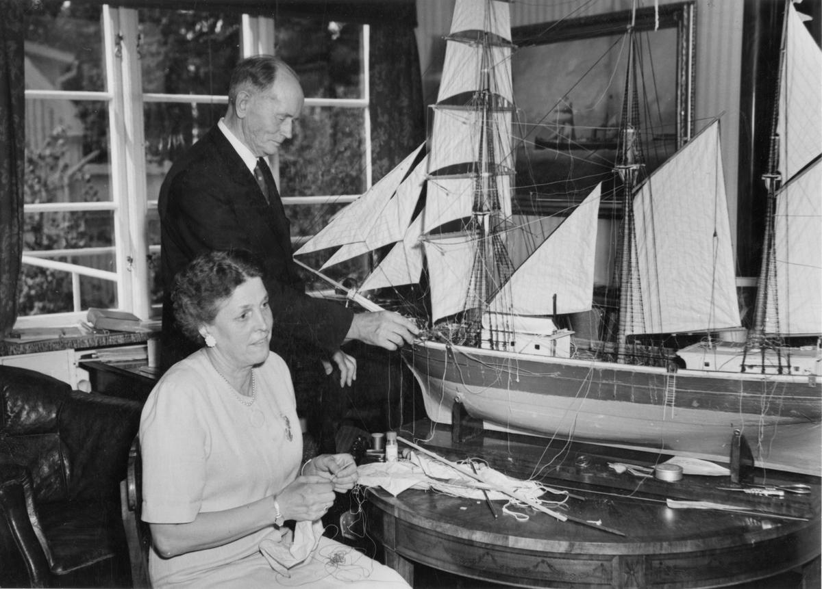 R. Werner med hustrun Elisabet Werner renoverar modell av tremastad skonare från 1800-talet ur Statens sjöhistoriska museers samlingar.