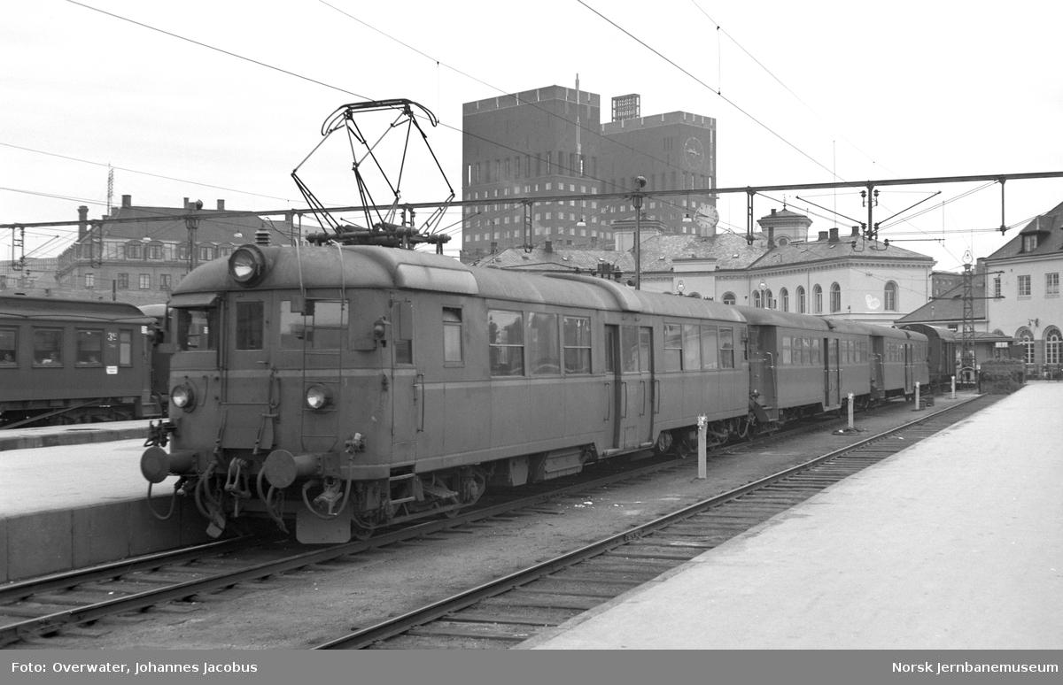 Elektrisk motorvogn litra Cmeo 105 nr. 18523, mellomvogn litra Co4d nr. 18856 og styrevogn litra CFo4b nr. 18653 på Oslo Vestbanestasjon