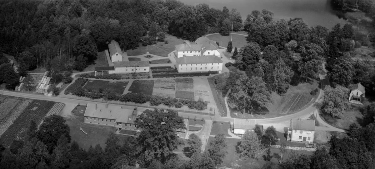 Flygfoto över Herrestads gård i Värnamo kommun, Jönköpings län. 1146/1963