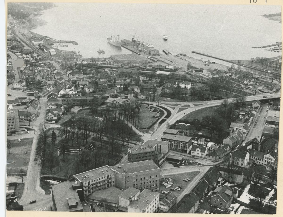 Detaljer: midt i bildet den nye rådhusbroen.