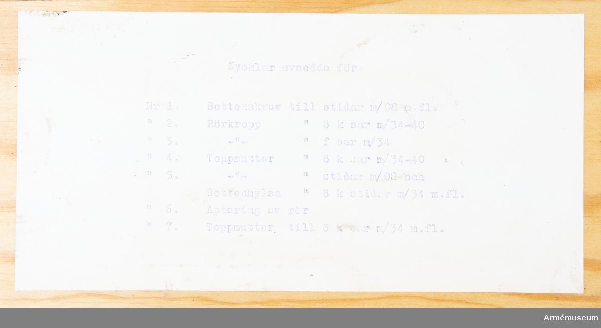 Låda av trä för tändrörsdetaljer och verktyg. Märkt: verktyg och reserdetaljer tillhörande isärtagbara rör för skolor.Bestående av 171 delar. Nycklar avsedda för: Nr 1. 1 st bottenskruv till stidar m/1908 m.fl. Nr 2. 1 st rörkropp till ök sar m/1934-40. Nr 3. 1 st rörkropp till f sar m/1934. Nr 4. 1 st toppmutter till ök sar m/1934-40. Nr 5. 1 st toppmutter till stidar m/1908 och bottenhylsa ök stidar m/1934 m.fl. Nr 6. 1 st aptering av rör. Nr 7. 1 st toppmutter till ök sar m/1934 m.fl. 1 st låda av trä. Nr 1.  5 st spärrstycke ök sar m/1934-40. Nr 2.  5 st spärrstyckeaxel ök sar m/1934-40. Nr 3.  5 st låsregelfjäder ök stidar m/1934 m.fl. Nr 4   9 st låsregelfjäder f sar m/1922 och 1934. Nr 5  20 st låsstift ök stidar m/1934 m.fl. Nr 6  20 st fästskruv ök stidar m/1934 m.fl. Nr 7   1  st fästskruv. Nr 8   5  st låsstiftfjäder till ök stidar m.fl. Nr 9  11 st pendelaxel ök stidar m.fl. Nr 10 11 st låsregelstift. Nr 11 17 st låsregelskruv f sar m/1934. Nr 12  6  st låsregelstiftfjäder ök stidar m/1934 m.fl. Nr 13  5  st låsregelstift ök m/1934. Nr 14  8  st säkringssprint ök sar m/1934. Nr 15 19 st slidfjäder f sar m/1934. Nr 16 10 st säkringssprint med tråd ök sar m/1934-40. Nr 17 23 st säkringssprint f sar m/1934.