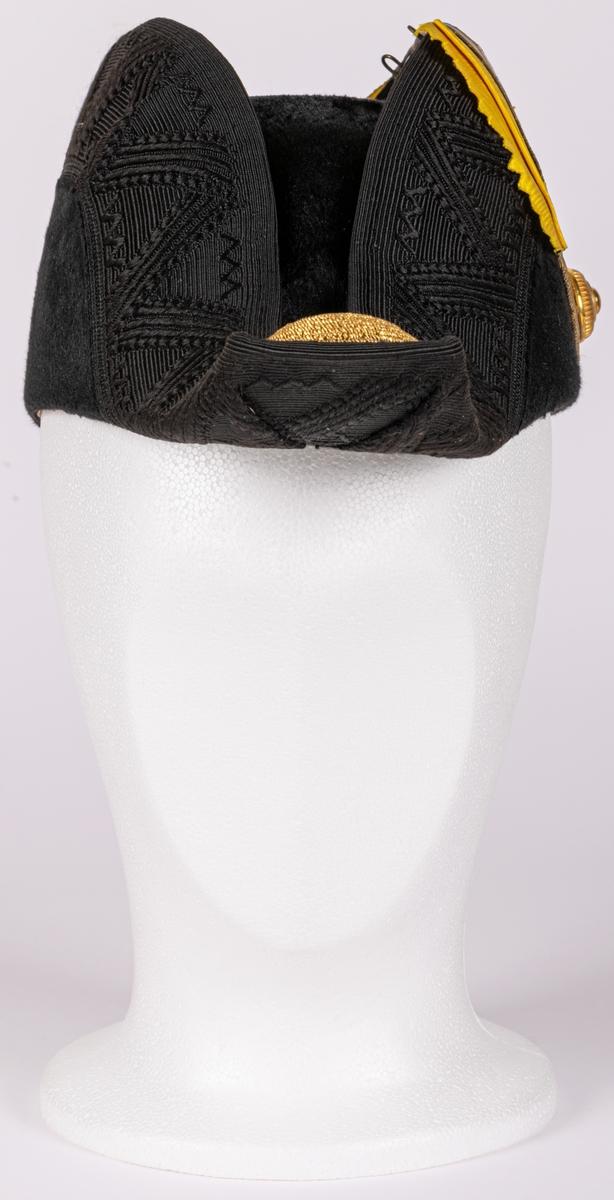Uniformshatt till paraduniform med tillhörande hattask.