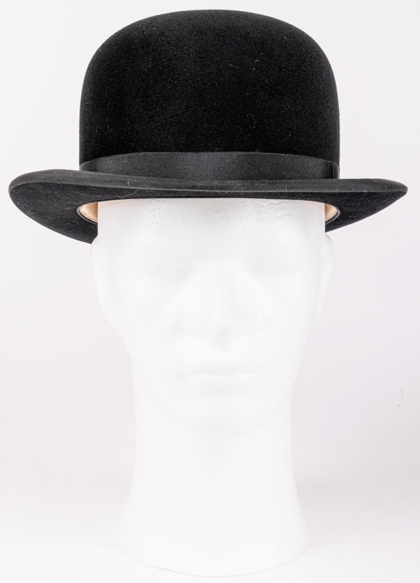 Kubb klädd med svat filt, Märkt: Perfect. Engelska Hattmagasinet Gefle Import. Tillhörande hattask i brunt läder.