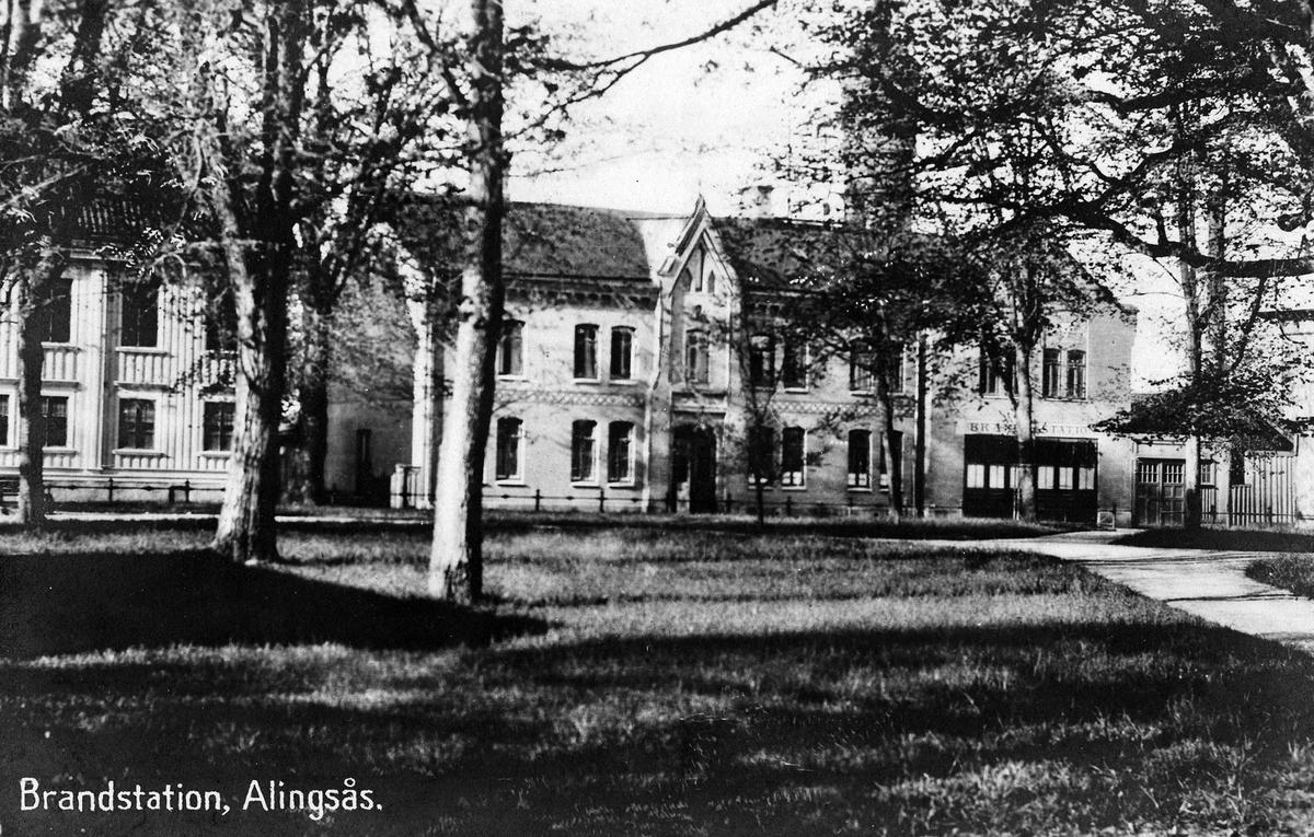 Vykort av brandstationen vid Kungsgatan. Bilden tagen efter ombyggnaden av portarna till vagnhallen 1921.