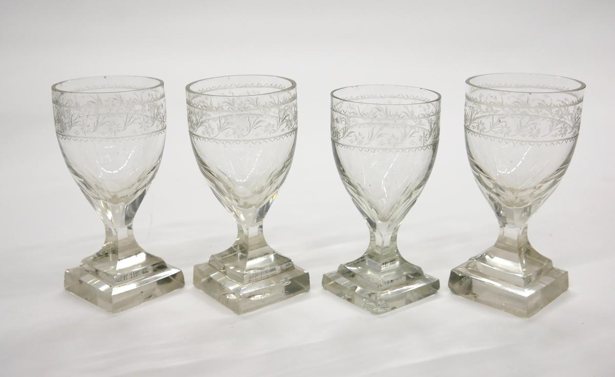 Starkvinsglas med tulpanformad cuppa med graverad kantbård. Fyrkantig fot.